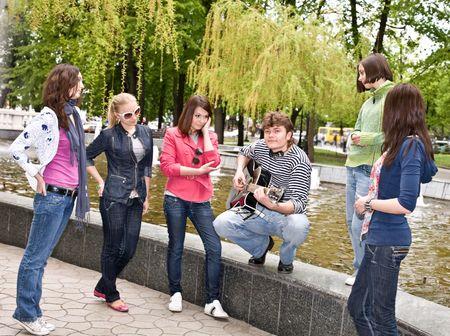도시 공원 사람들이 그룹 music.Outdoor 들어요.