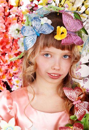 petite fille avec robe: Belle fille avec papillon et de fleur.  Banque d'images