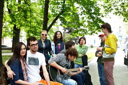 arbol de problemas: Grupo de personas en el Banco en el parque. Al aire libre. Foto de archivo