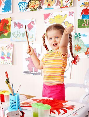 Kinder mit Bild und Pinsel im Spielzimmer. Vorschule.