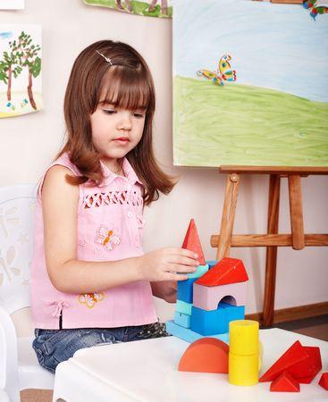 playroom: Ni�o con bloque de madera y la construcci�n se establezca en la sala de juego. Preescolar. Foto de archivo
