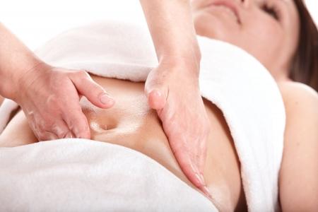 vientre femenino: Hermosa chica tener est�mago masaje. Cuidado del cuerpo.