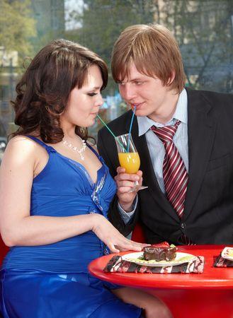 Personas beben jugo de naranja en el café. Flirteo. Foto de archivo - 7072797