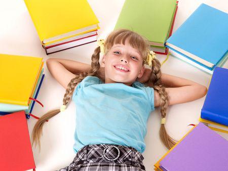 schulm�dchen: Kleines M�dchen mit offenen Buch lying on Floor.