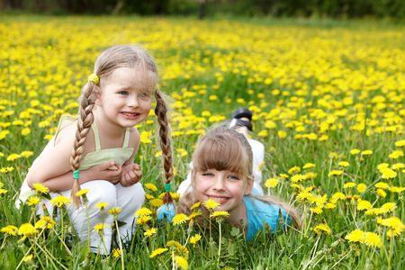 ni�os rubios: Ni�os en el campo con flor. Al aire libre.