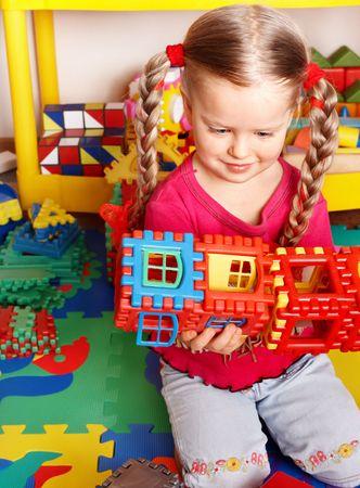 playroom: Ni�o preescolar juegan bloque y construcci�n en la sala de juego.