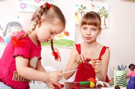 playroom: Plastilina de molde de ni�os en edad preescolar de ni�o en la sala de juego.