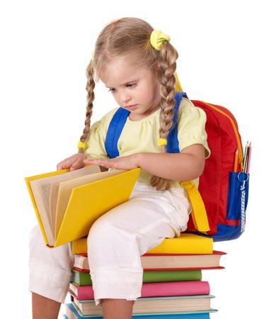 bebe sentado: Ni�a sentada en el mont�n de libros. Aislado.  Foto de archivo