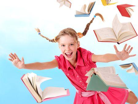 libros volando: Chica de escuela manteniendo el mont�n de libros. Al aire libre.