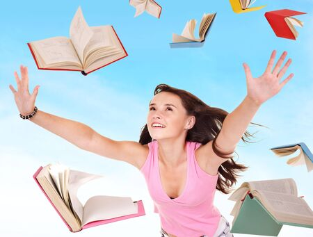 libros volando: Chica de estudiante manteniendo el mont�n de libros. Al aire libre.  Foto de archivo