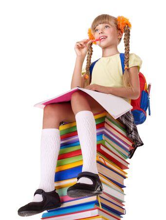 colegiala: Colegiala sentado en el mont�n de libros. Aislado.