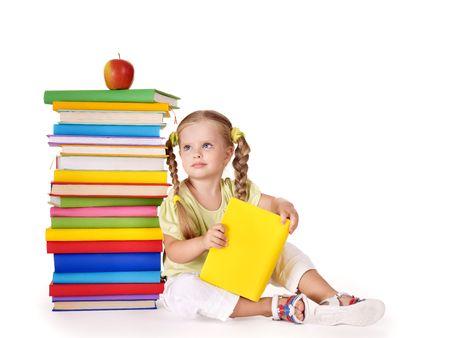 prodigio: Ragazza piccola pila di libri di lettura. Isolato.