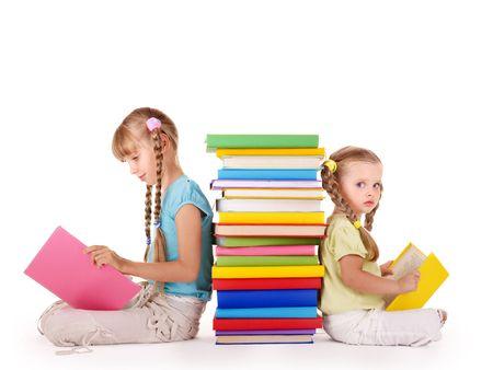 ni�os leyendo: Ni�os mont�n de libro de lectura. Aislado.