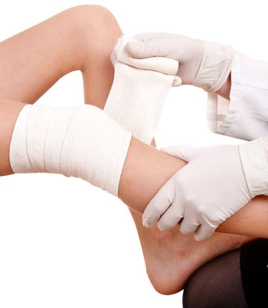 primeros auxilios: Primeros auxilios en el trauma de la rodilla. Aislado.  Foto de archivo