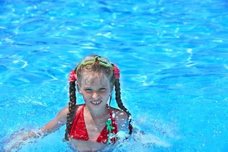 Petite fille nagez dans la piscine.  Banque d'images - 7778697