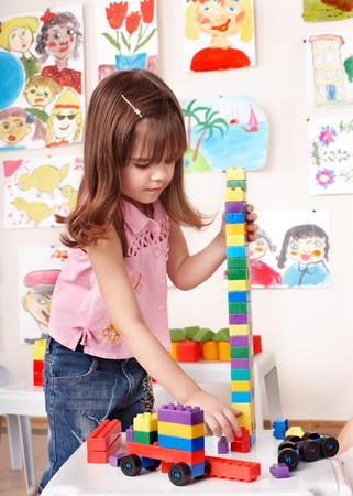 Little Girl playing Construction set im Spielzimmer.