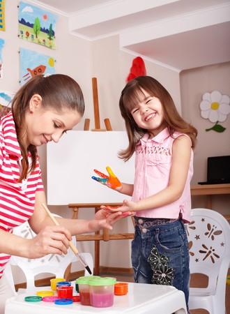peinture visage: Petite fille pr�scolaire avec peinture faciale. Banque d'images