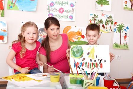 maestra preescolar: Ni�os de pintar con el profesor en clase de arte. Cuidado de ni�os.