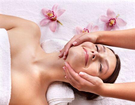 sal�n: Mujer hermosa joven sobre la mesa de masajes en el spa de belleza. Serie.