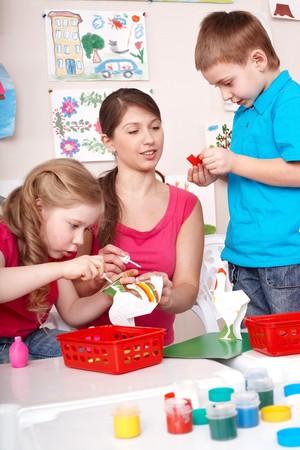 enfants peinture: Peinture avec les enseignants dans la salle de jeux des enfants.