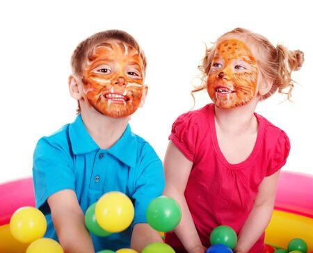 peinture visage: Petite fille avec boule de groupe.  Banque d'images
