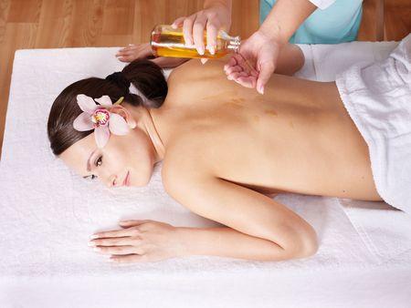 olio corpo: Giovane donna bella sul tavolo da massaggio nel centro termale di bellezza. Serie.  Archivio Fotografico