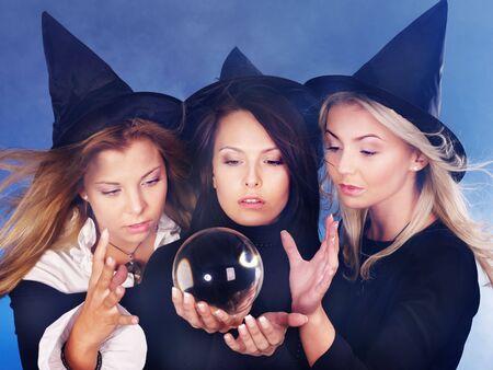 czarownica: Grupa młoda kobieta z crystal ball. Fortune Telling.