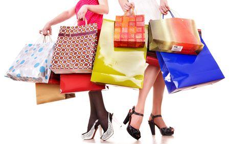 chicas comprando: Bolsa de compras y grupo de pierna en zapatos. Aislado.