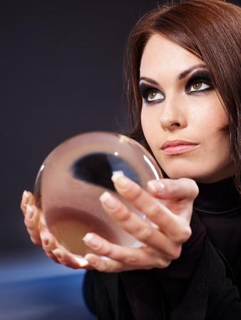bola de cristal: Joven con la bola de cristal. Adivinaci�n.