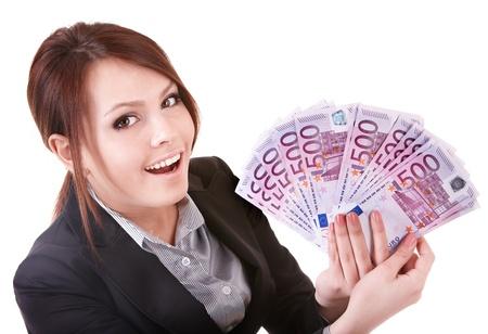 dinero euros: Joven sosteniendo el dinero de la euro.  Aislado.