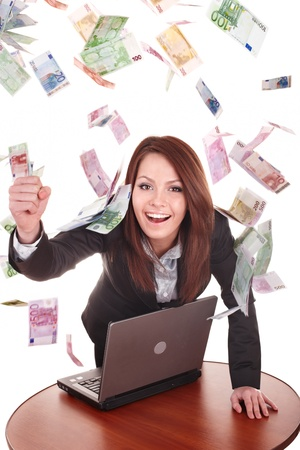 Vrouwelijke ondernemers met groep van geld en laptop. Geïsoleerd.