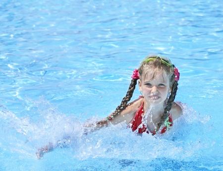 Petite fille de natation en piscine. Banque d'images - 8781136