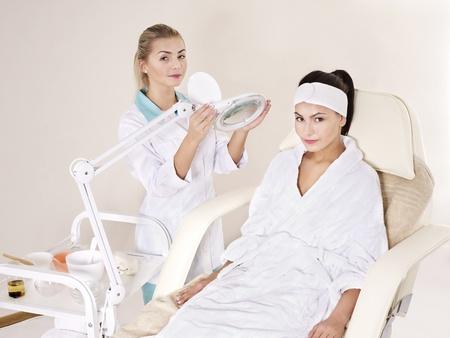 Jeune femme sur la table de massage au spa de la beauté. Série.