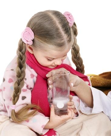 tomar medicina: Ni�o enfermo tomar medicina con el m�dico. Aislado.