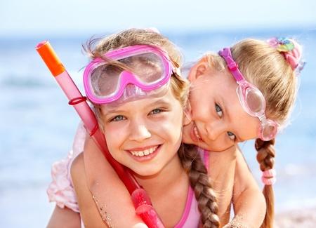 swim: Niños jugando en la playa. Esnórquel. Foto de archivo
