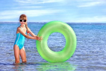 schwimmring: Kinder holding aufblasbaren ring im Meer.