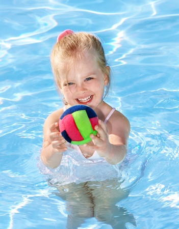 Petite fille de natation en piscine. Banque d'images - 8781888