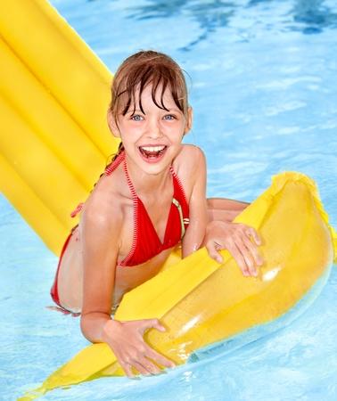enfant maillot: Petite fille de natation sur matelas gonflable beach.