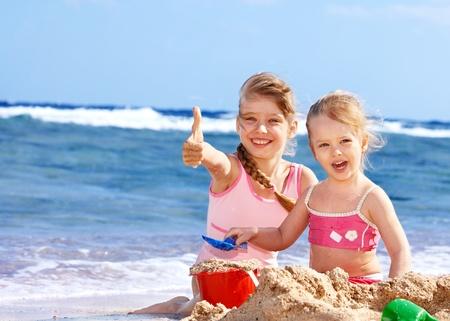 Meisje op het strand spelen.