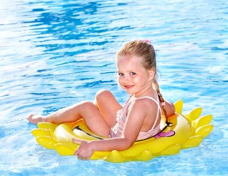 schwimmring: Kinder auf Aufblasbarer ring im Swimming Pool.