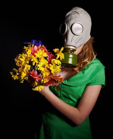 gasmask: Giovane donna in maschera antigas e fiori.Ambiente tossico Archivio Fotografico