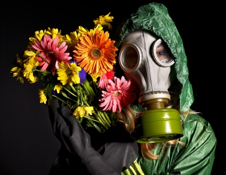 gasmask: Giovane donna in maschera antigas.Ambiente tossico