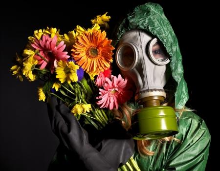trucizna: MÅ'oda kobieta w masce gazu.Toksyczne Å›rodowiska Zdjęcie Seryjne