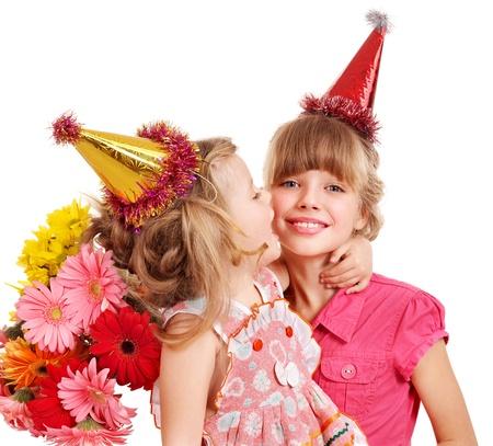 birthday flowers: Klein meisje in feest hoed met de doos van de gift van de stapel. Geïsoleerd.