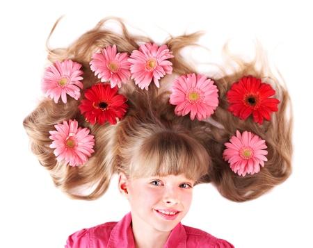 plan �loign�: Petite fille mignonne gisant sur les fleurs. Coiffure au printemps. Banque d'images