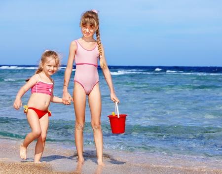 klein meisje op strand: Zonsondergang in de zomer veld