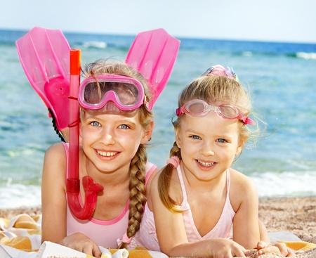 Enfants jouant sur la plage. Plongée en apnée.
