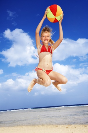 beach ball girl: Ni�a jugando en la playa con la pelota. Foto de archivo