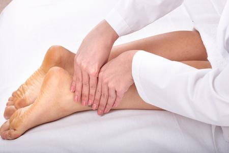 osteopata: Masaje de piernas femeninas. Salud y belleza. Foto de archivo