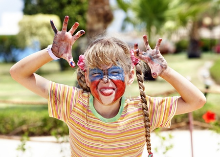 peinture visage: Petite fille avec peinture faciale.
